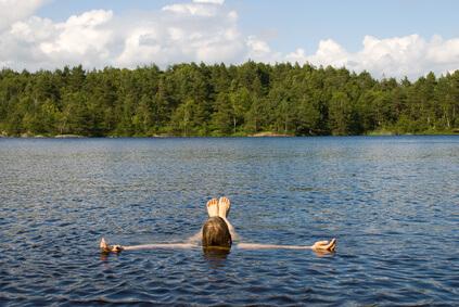 Mensch entspannt sich im Wasser